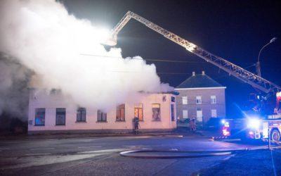 Nachtelijke brand legt café in Kruishoutem volledig in de as, alles wijst op brandstichting